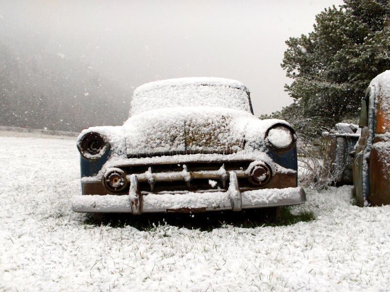 Coche de la vendimia en invierno imagen de archivo