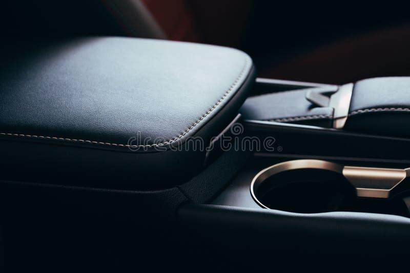 Coche de lujo moderno dentro Interior del coche moderno del prestigio Asientos de cuero c?modos Carlinga de cuero perforada negra fotos de archivo libres de regalías