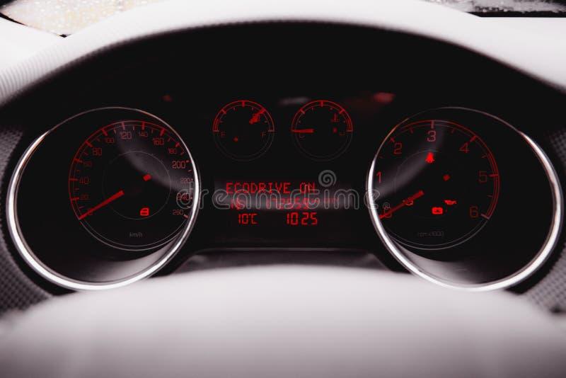 Coche de lujo moderno dentro Interior del coche moderno del prestigio Carlinga de cuero perforada negra volante y tablero de inst foto de archivo libre de regalías