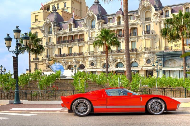 Coche de lujo rojo delante del hotel de París en Monte Carlo, Mónaco imagen de archivo libre de regalías