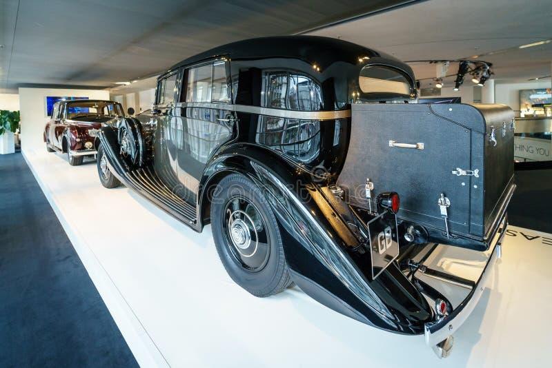 Coche de lujo Rolls-Royce Phantom III Limousine que viaja, 1937 imagen de archivo libre de regalías