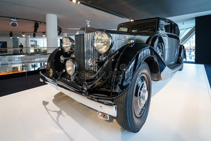 Coche de lujo Rolls-Royce Phantom III Limousine que viaja, 1937 imagenes de archivo