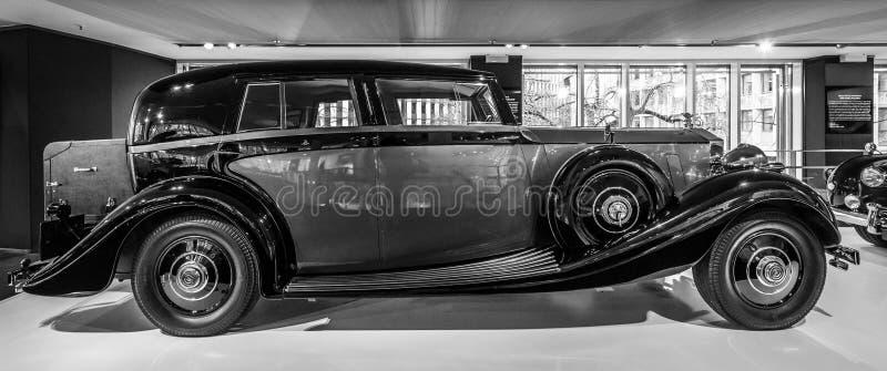 Coche de lujo Rolls-Royce Phantom III Limousine que viaja, 1937 imágenes de archivo libres de regalías