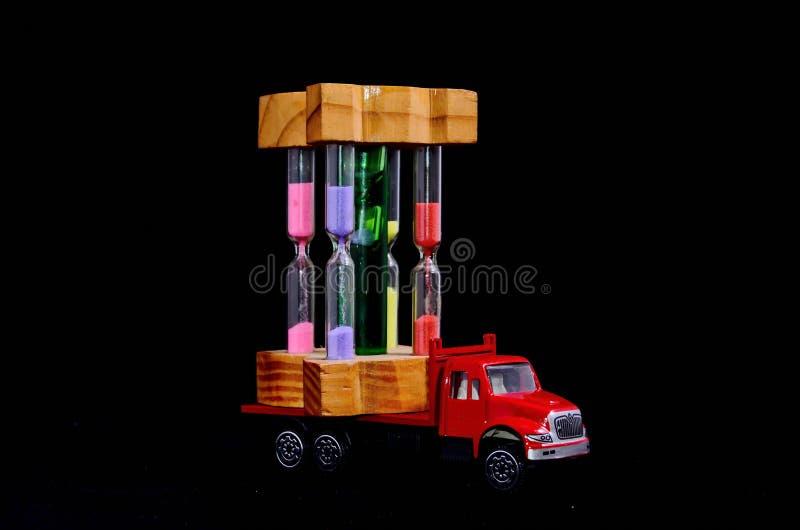 coche de madera del juguete del camión en el fondo blanco, imagen digital de la foto como fondo fotografía de archivo