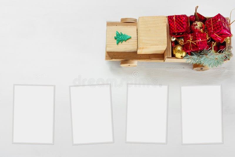 Coche de madera del juguete viejo del vintage con los regalos y las bolas de la Navidad en el fondo blanco fotografía de archivo libre de regalías