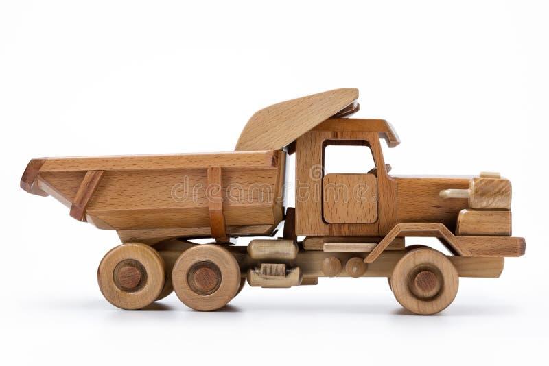 Coche de madera natural del juguete, un fondo blanco aislado imagen de archivo