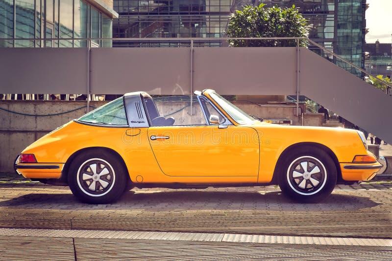 Coche de motor amarillo de Porsche 911 fotografía de archivo