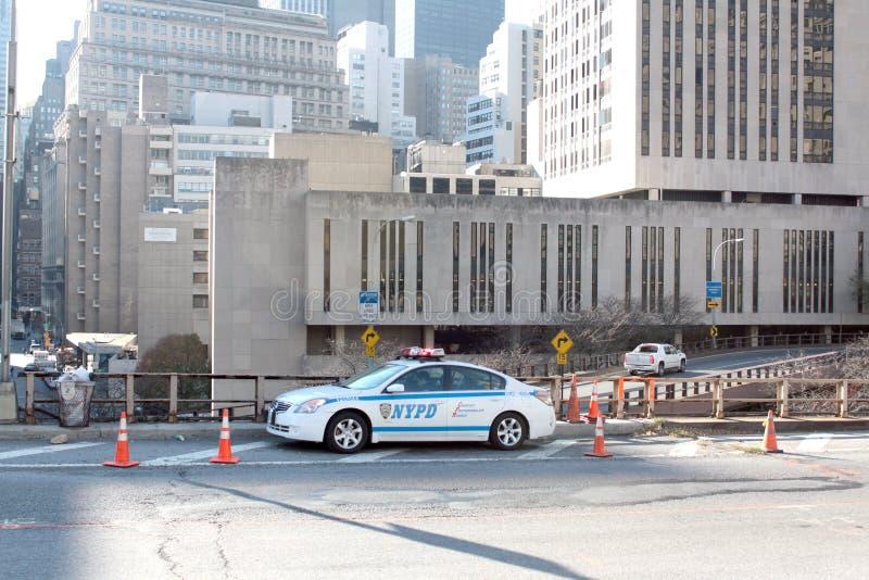 Coche de NYPD en el puente de Brooklyn fotos de archivo