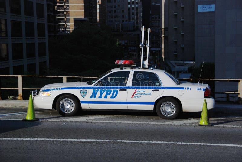 Coche de NYPD en el puente de Brooklyn imagen de archivo libre de regalías