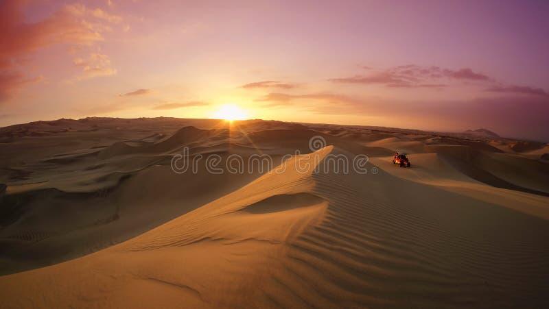 Coche de playa en el desierto en la hora de la puesta del sol Huacachina, AIC, Per? fotografía de archivo