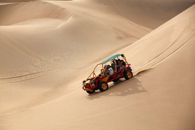 Coche de playa en un desierto cerca de Huacachina, AIC, Perú fotografía de archivo