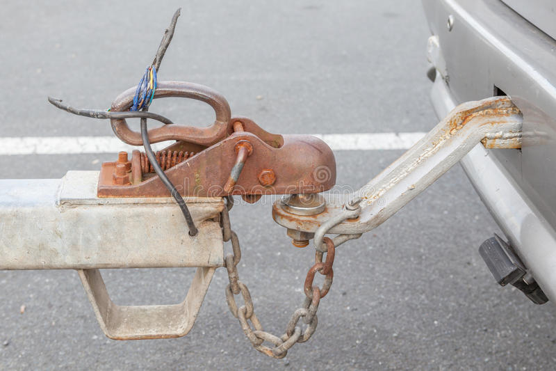 Coche de remolque sucio del primer con el gancho y la cadena conectados foto de archivo libre de regalías