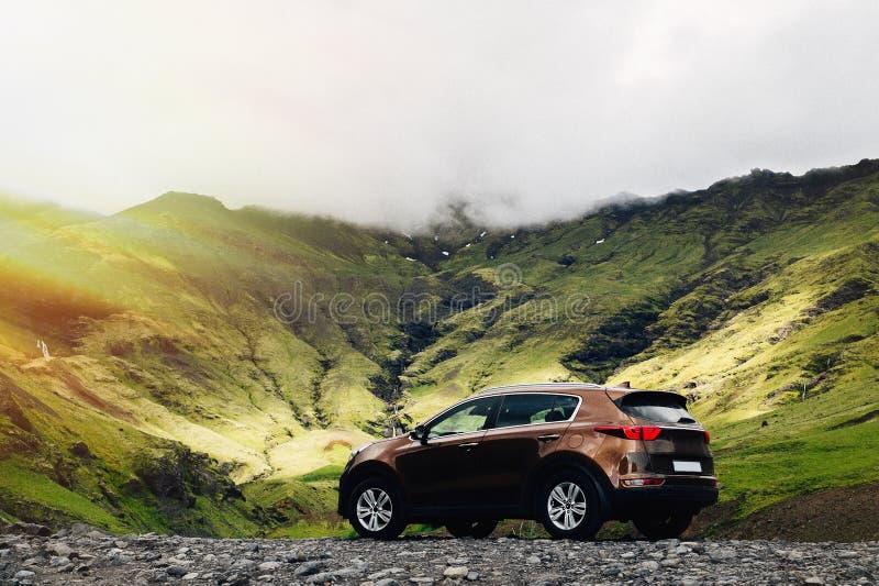Coche de SUV Concepto del viaje con el deporte grande 4x4 y coche moderno en montañas islandia fotos de archivo