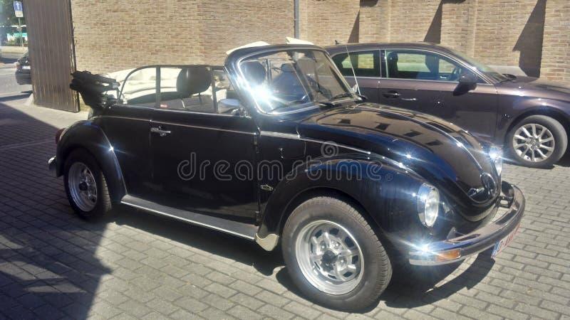 Coche de Volkswagen del vintage en una l?nea que parquea foto de archivo