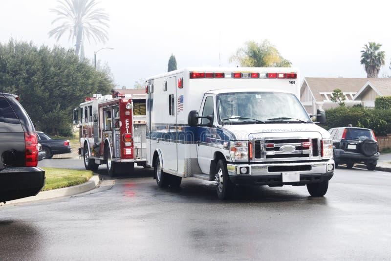 Coche del ambulancia y de bomberos (camión) imagenes de archivo