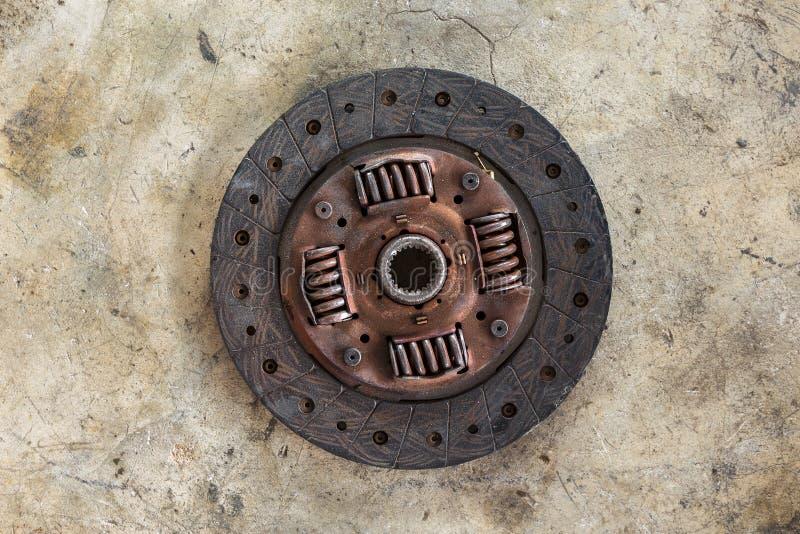 Coche del disco de embrague aislado en piso concreto imagen de archivo libre de regalías