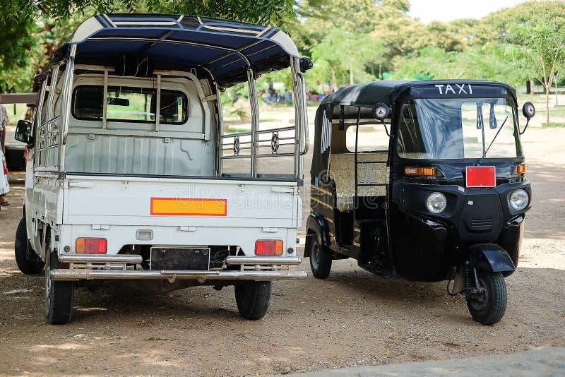 Coche del taxi en los templos antiguos y la pagoda en la zona arqueológica, señal y popular para las atracciones turísticas y el  fotografía de archivo libre de regalías