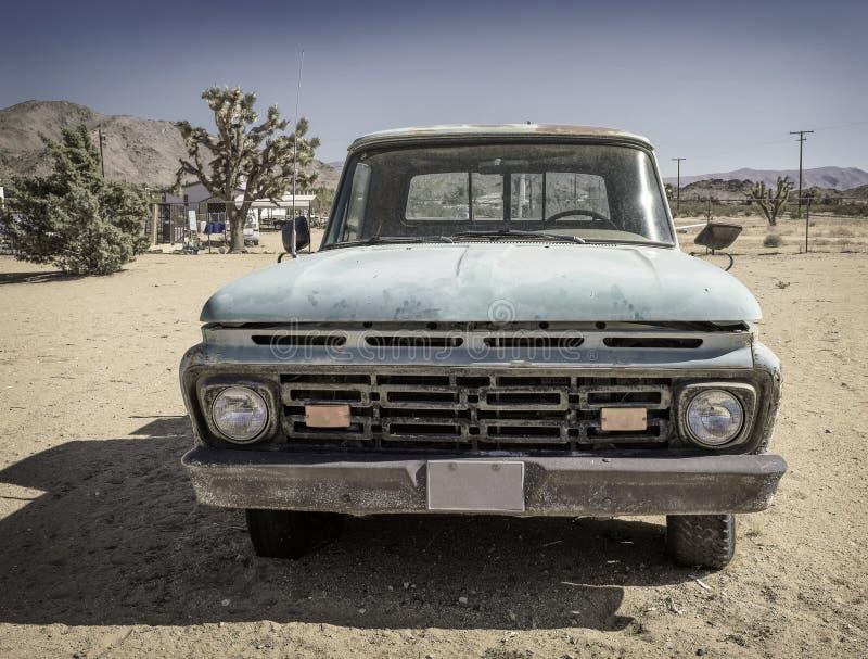 Coche descolorado estropeado viejo en el desierto fotos de archivo