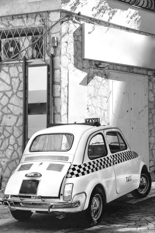 Coche divertido del pequeño taxi retro italiano clásico, viaje, viaje y turismo, Italia, imagen vertical blanco y negro imagenes de archivo