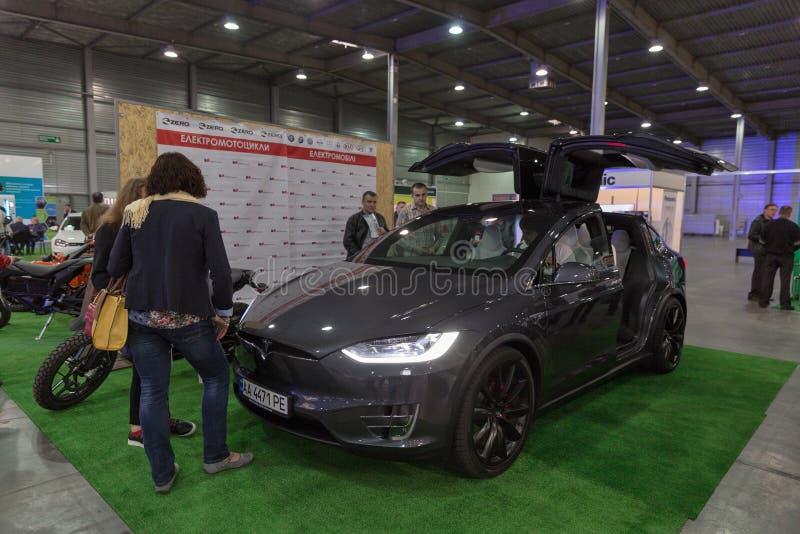 Coche eléctrico de Tesla en la exposición enchufable 2017 de Kiev Ucrania foto de archivo libre de regalías