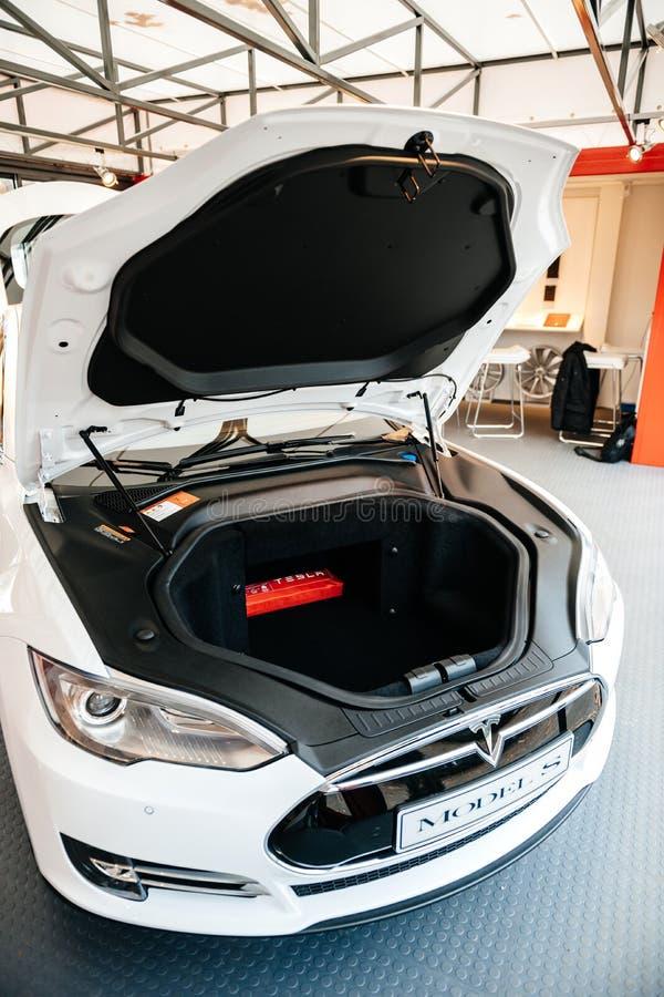 Coche eléctrico del Tesla Model S en la sala de exposición imágenes de archivo libres de regalías