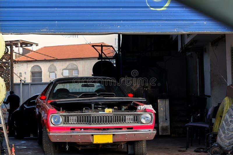 Coche en centro de servicio de reparación del automóvil imagen de archivo