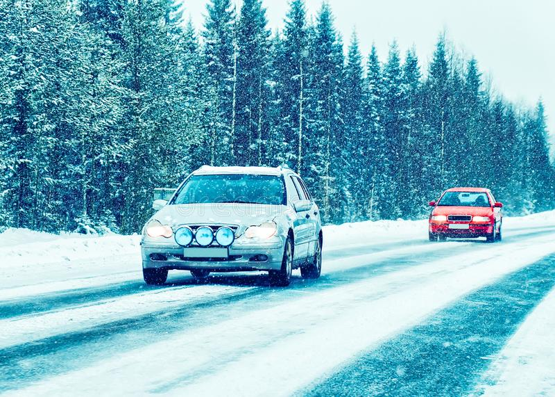 Coche en el camino del invierno en Rovaniemi Laponia, Finlandia fotos de archivo