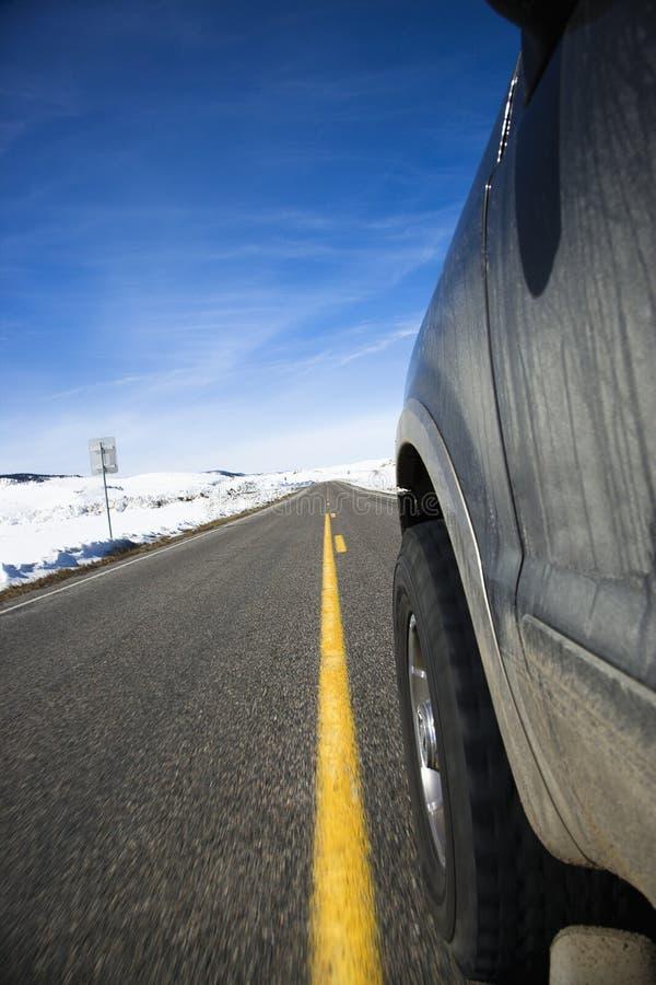 Coche en el camino en invierno. imagenes de archivo