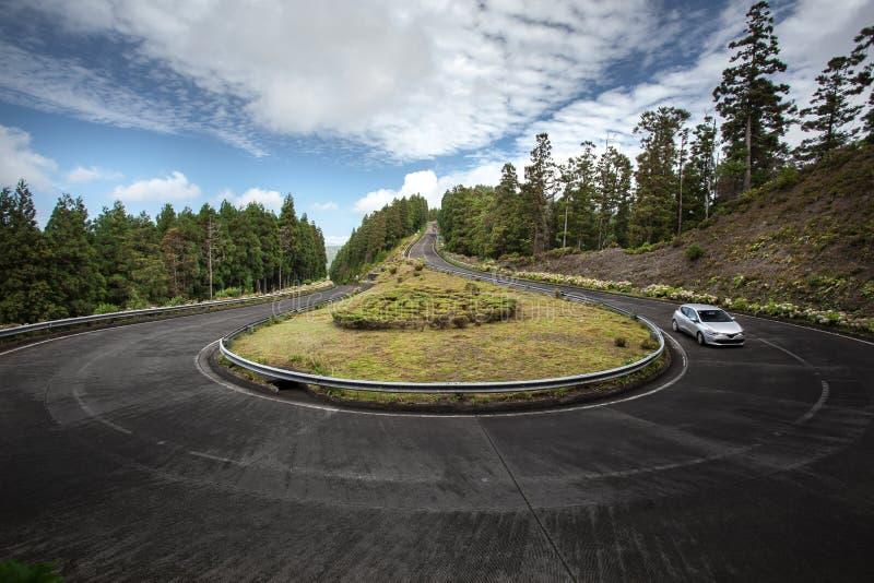 Coche en el camino a través de la esquina del giro de 180 grados - sao Miguel Portug de Azores foto de archivo libre de regalías