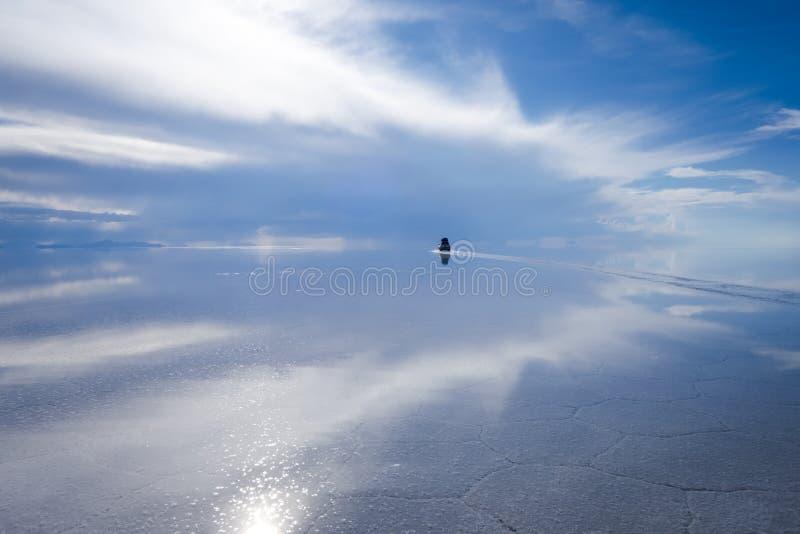 Coche en el desierto de Salar de Uyuni, Bolivia imagenes de archivo