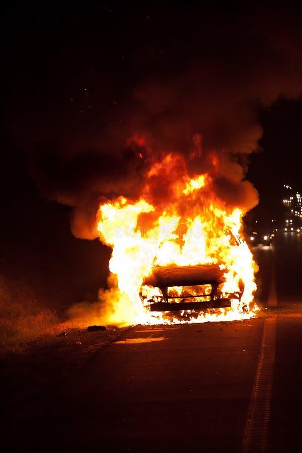 Coche en el fuego 2 imagen de archivo