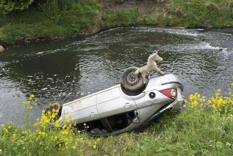 Coche en el río Dearne imagen de archivo