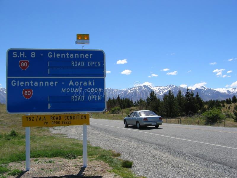Coche En La Carretera De Nueva Zelandia Foto de archivo libre de regalías