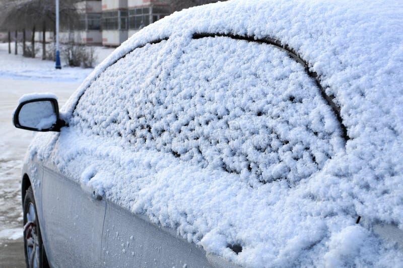 Coche en la nieve foto de archivo