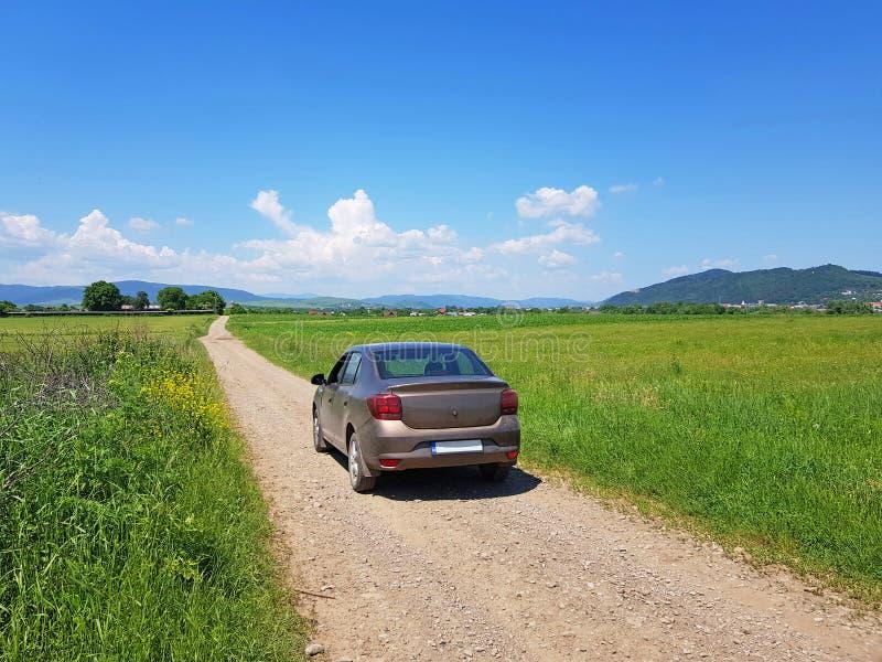 Coche en las carreteras nacionales en Rumania fotografía de archivo libre de regalías