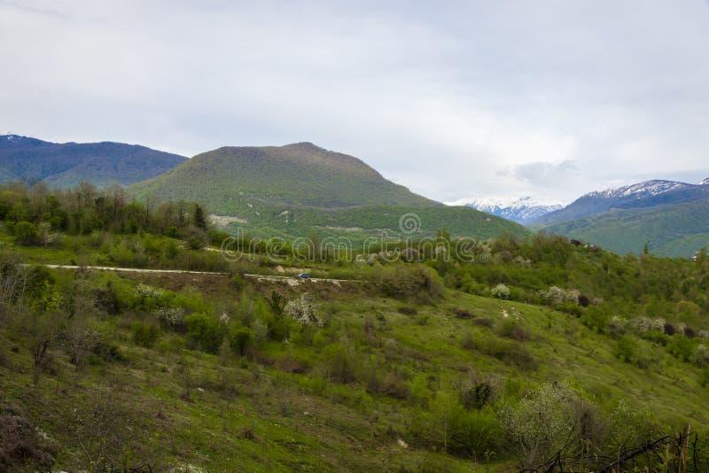 Coche en las montañas imágenes de archivo libres de regalías
