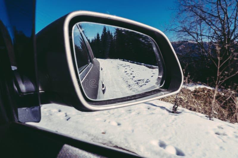 Coche en un camino del invierno fotos de archivo