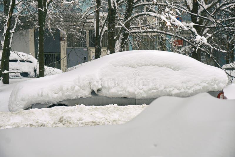 Coche enterrado en nieve en la calle de Moscú foto de archivo libre de regalías