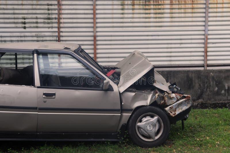 Coche estrellado abandonado después de un accidente fotografía de archivo libre de regalías