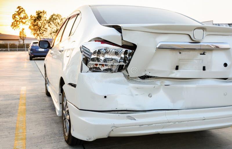 Coche estrellado, el accidente en el camino fotos de archivo libres de regalías