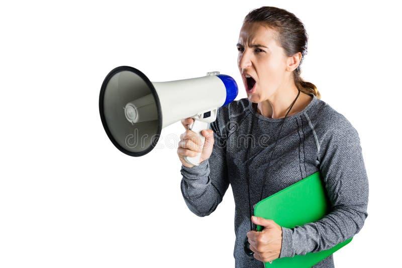 Coche femenino del rugbi que grita en el megáfono foto de archivo libre de regalías