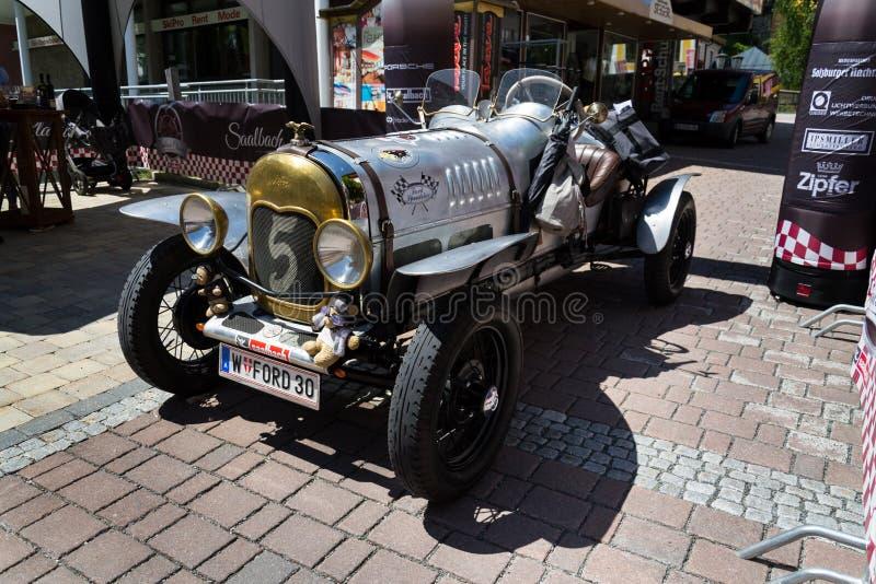 Coche Ford Model del vintage un veterano oldsmobile del conductor veloz a partir de 1930 imágenes de archivo libres de regalías