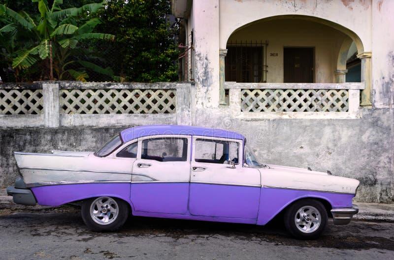 Coche hecho americano clásico parqueado en Cuba foto de archivo
