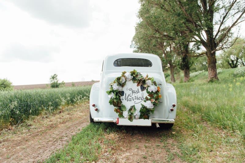 Coche hermoso de la boda con la placa APENAS CASADA fotos de archivo
