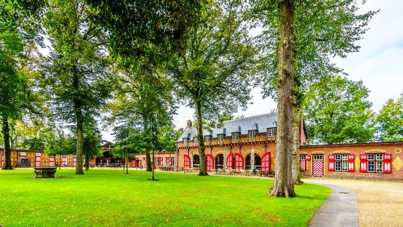 Coche House de Castle De Haar con su modelo rojo y blanco en puertas y obturadores imagen de archivo libre de regalías