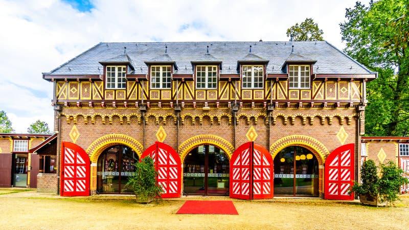 Coche House de Castle De Haar con su modelo rojo y blanco en puertas y obturadores imagen de archivo