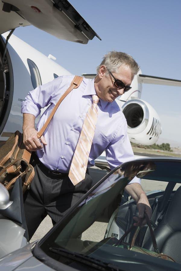 Coche mayor de Keeping Luggage In del hombre de negocios