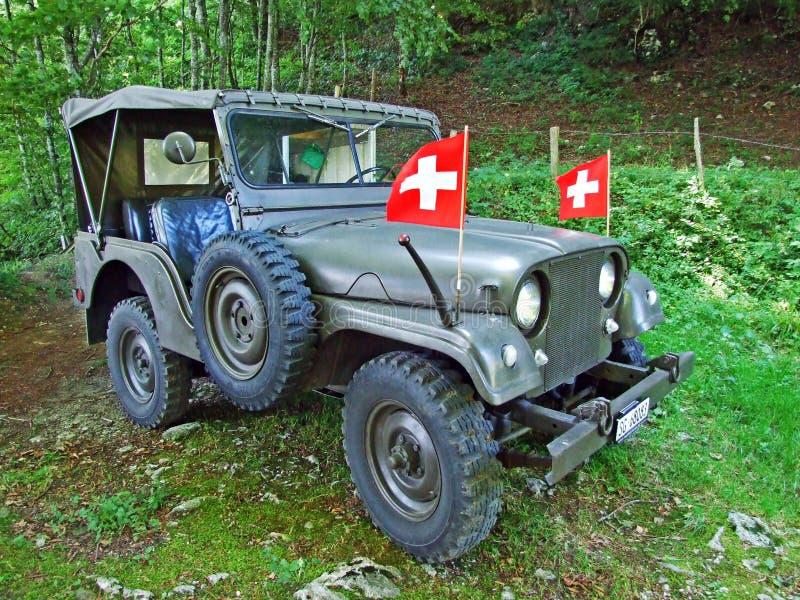 Coche militar viejo del terreno en el bosque alpino de la cordillera de Alpstein fotografía de archivo libre de regalías