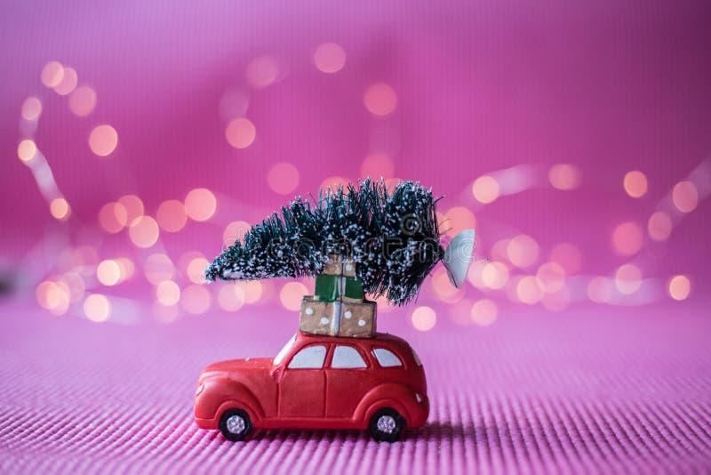Coche miniatura con el árbol de navidad foto de archivo