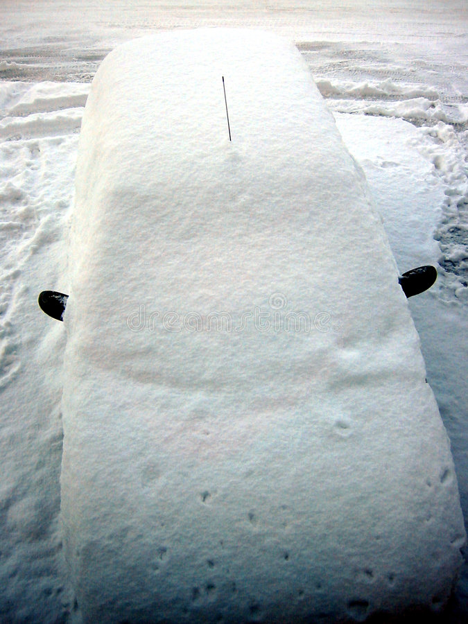Coche nevado en Noruega imagen de archivo